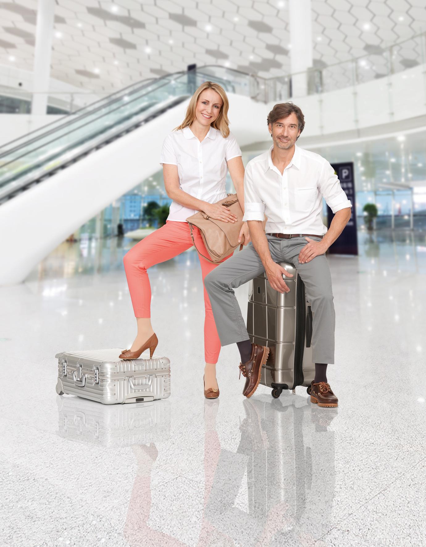 medi-travel-woman-man-Flughafen-IM-Blow-up